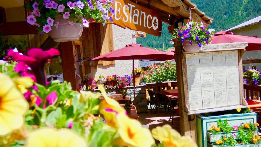 été Restaurant l'Estanco Val Cenis Lanslevillard Maurienne Savoie Terrasse fleurs