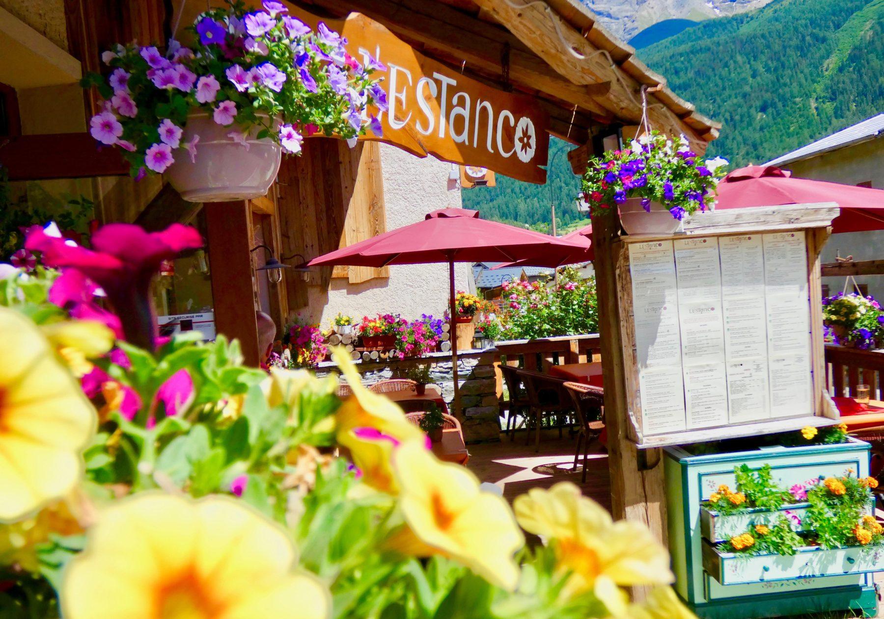 été Restaurant l'Estanco Val Cenis Lanslevillard Maurienne Savoie Terrasse fleurie fleurs
